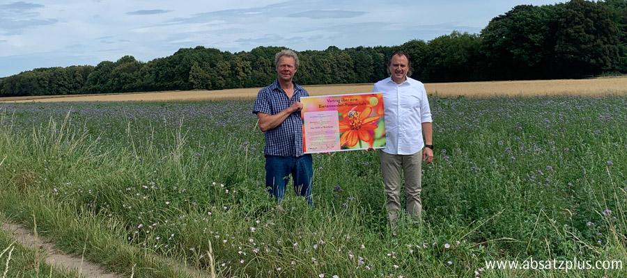 absatzplus übernimmt die Patenschaft für eine regionale Bienenweide